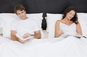 coppia sul letto matrimoniale