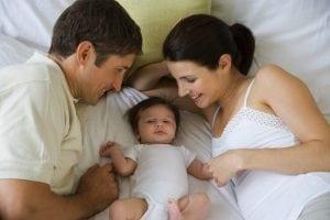 giovane famiglia a letto