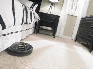 i robot Roomba sul pavimento di camera