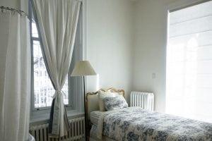 tende per finestre con cassonetto camera da letto