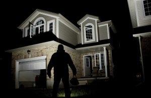 ladro in attesa di entrare in casa