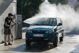 lavare la macchina con l'idropulitrice