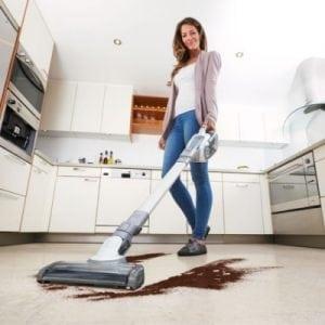 pulire pavimento con scopa elettrica