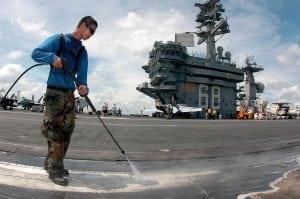 lavaggio ponte atterraggio marina militare USA con idrolitrice