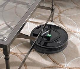 robot aspirapolvere sotto il tavolino