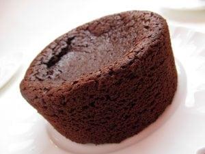 TORTINO APPENA SFORNATO 300x225 - Tortino con cuore di cioccolato: una vera delizia per il palato