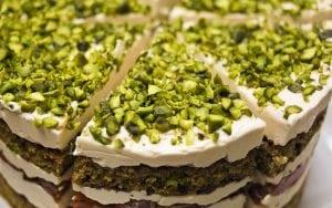 torta ai pistacchi 300x188 - Torte alla crema di pistacchi: un unico ingrediente per molteplici spunti differenti