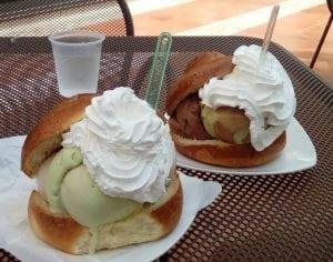 Brioche gelato pistacchio con panna 300x236 - Torte alla crema di pistacchi: un unico ingrediente per molteplici spunti differenti