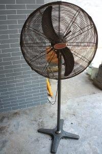 vecchio ventilatore a piantana 200x300 - I top 5 Ventilatori silenziosi per combattere l'afa estiva