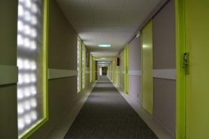 corridoio con controsoffitto 300x200 - Controsoffitti moderni in cartongesso. Idee per arredare