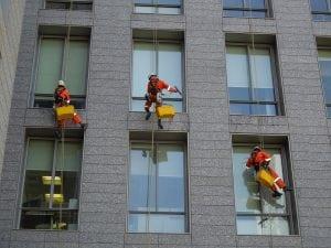 lavaggio finestre 300x225 - Robot Lavavetri: scegli il migliore con la nostra guida