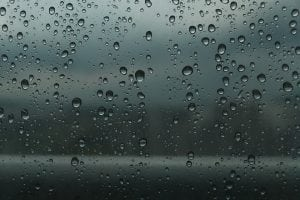 pioggia su vetri 300x200 - Robot Lavavetri: scegli il migliore con la nostra guida