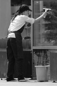 pulire vetri 1 200x300 - Robot Lavavetri: scegli il migliore con la nostra guida