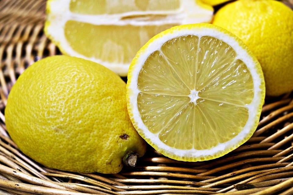 Tagliare i limoni per il detersivo naturale - Ho finito il detersivo per lavastoviglie, cosa posso usare? Soluzione per la casa