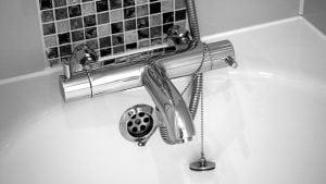 bagno bianco con inserti 300x169 - Rivestimento bagno moderno grigio e bianco