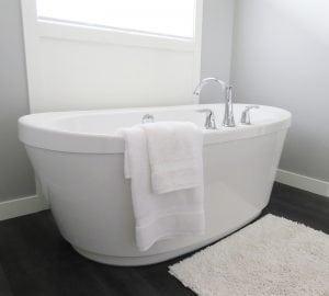 bagno con vasca 300x270 - Rivestimento bagno moderno grigio e bianco