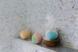 bagno sui toni del grigio 300x200 - Rivestimento bagno moderno grigio e bianco