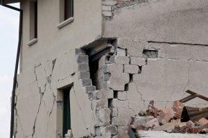 crollo post terremoto 300x199 - Crepe nei muri quali soluzioni? Scopriamolo insieme