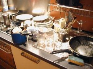 lavaggio piatti a mano lavastoviglie 300x225 - Ho finito il detersivo per lavastoviglie, cosa posso usare? Soluzione per la casa