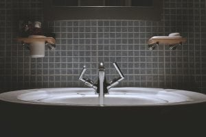 rivestimento mosaico grigio 300x200 - Rivestimento bagno moderno grigio e bianco