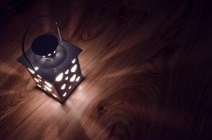 luce lanterna 300x198 - Rilevatori di presenza per accensione luci da esterno