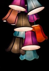 lampade colorate 206x300 - Illuminazione d'interni: Quale design per arredare la tua casa?