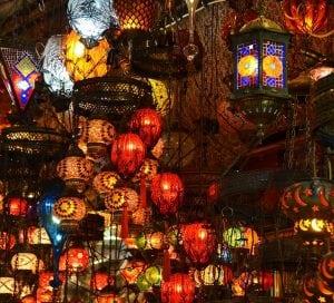 lampade etniche 300x272 - Illuminazione d'interni: Quale design per arredare la tua casa?