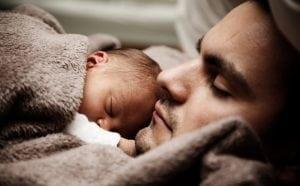 Letto Matrimoniale con Padre e Figlio 300x186 - Acquistare un topper materasso: il migliore prodotto per il riposo sano