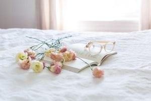 Materasso Matrimoniale con Libro Occhiali Fiori 300x201 - Libreria in cartongesso: le idee più creative per realizzare questo elemento d'arredo
