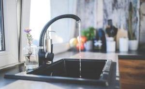 tritarifiuti domestico posizionato nel lavandino 300x185 - Dimensioni cucina: scopri tutte le misure ideali per il tuo spazio confortevole e intelligente