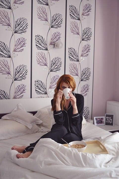 parete dietro a letto decorata 2 - Carta da parati moderna: quale design per la camera da letto