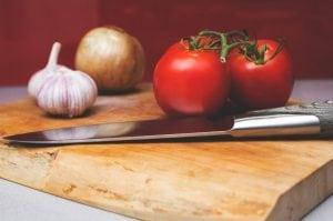 Coltello da Cucina con Tagliere 300x199 - Il miglior affilacoltelli elettrico: come sceglierlo?