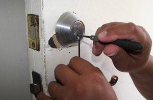 Effrazione con Lock Picking 300x197 - Defender magnetico: l'ultima frontiera della sicurezza domestica