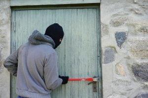 Ladro Scassina Porta 300x198 - Defender magnetico: l'ultima frontiera della sicurezza domestica