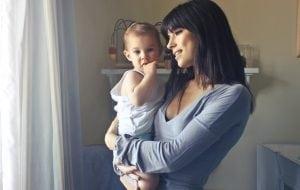 Mamma e Bambino in Cameretta 300x190 - Il miglior letto Montessori per il sonno dei più piccini