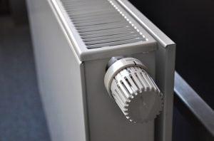 Termosifone con Valvola Termostatica 300x198 - Le migliori valvole termostatiche per riscaldare risparmiando