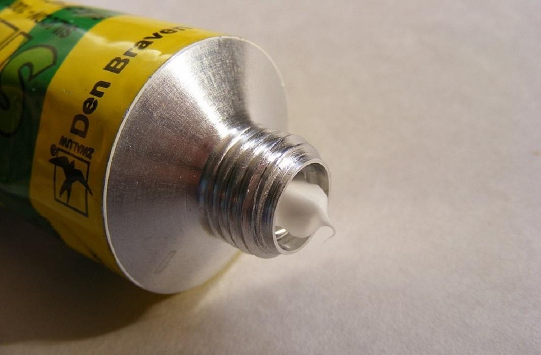 Come togliere il silicone indurito e fresco da tutte le superfici