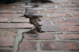 apertura muratura 300x200 - Riconoscere crepe pericolose nei muri