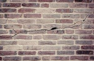 crepa orizzontale 300x195 - Riconoscere crepe pericolose nei muri