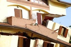 crollo parziale 300x201 - Riconoscere crepe pericolose nei muri