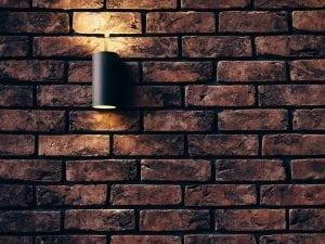 Parete di Casa Arredata con Stile Industriale 300x225 - Come arredare la propria casa in stile industriale: idee e consigli pratici