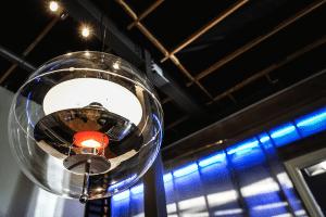Soffitto Aperto con Travi e Tubi in Vista 300x200 - Come arredare la propria casa in stile industriale: idee e consigli pratici