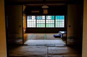 Tatami Giapponese Piegato sul Pavimento 300x197 - Miglior Futòn giapponese per dormire in maniera naturale