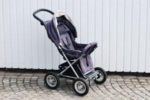 Passeggino Leggero per Bebè con Poggia piedi 300x201 - Il miglior passeggino leggero e ultraleggero per portare ovunque il proprio bebè
