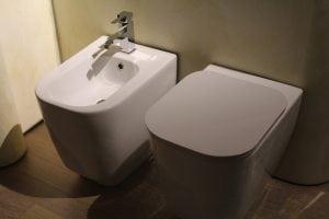 bidet e wc 300x200 - Sanitari bagno sospesi: misure, prezzi e consigli utili prima di procedere all'acquisto