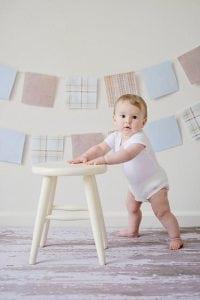 bambino appoggiato su sgabello basso 200x300 - Come scegliere i migliori sgabelli da cucina per isola e penisola