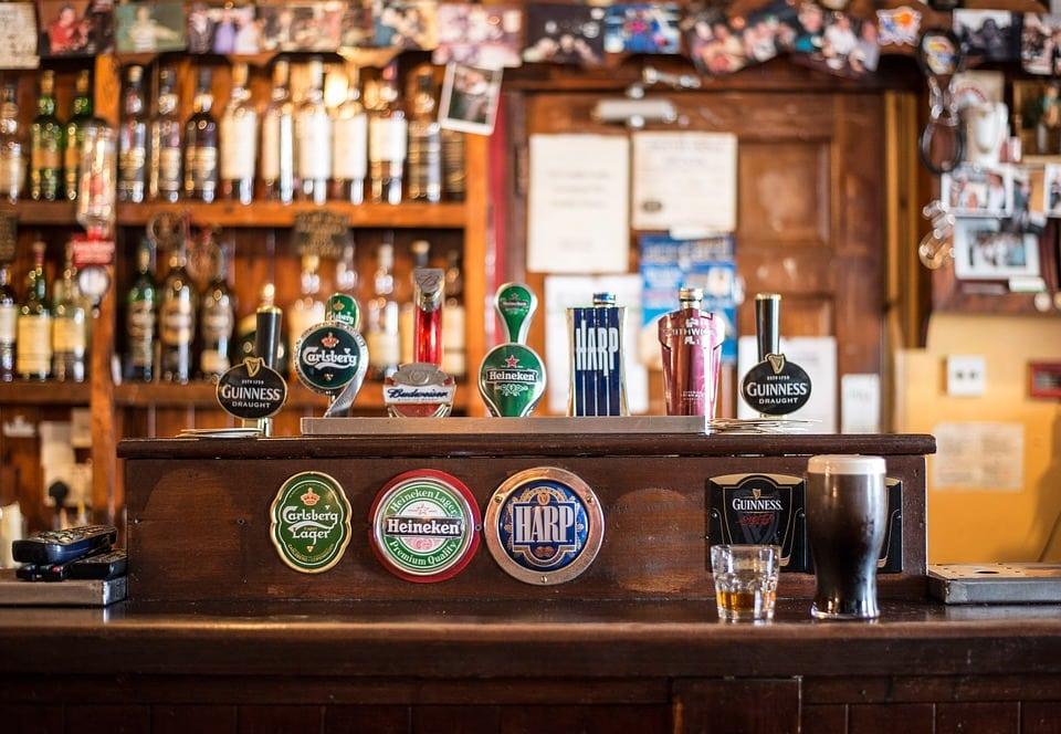 bancone di un pub - Come scegliere i migliori sgabelli da cucina per isola e penisola