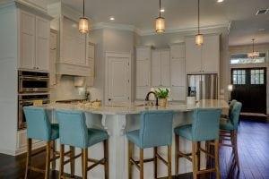cucina moderna con sgabelli alti imbottiti 300x200 - Come scegliere i migliori sgabelli da cucina per isola e penisola