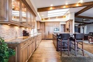 grande cucina classica con sgabelli alti 300x200 - Come scegliere i migliori sgabelli da cucina per isola e penisola