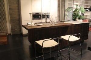 penisola con sgabelli in legno e metallo 300x200 - Come scegliere i migliori sgabelli da cucina per isola e penisola